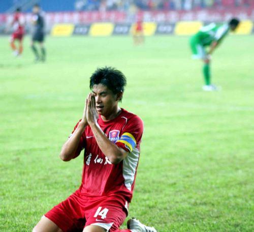 图文:[中超]重庆3-2北京 黄希扬进球后庆祝