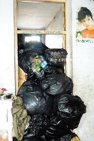 屋子里到处是垃圾