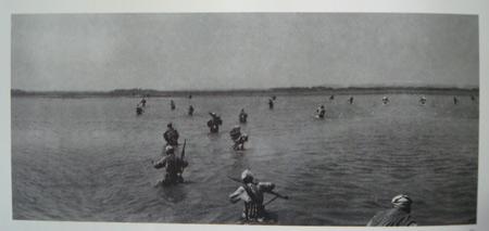 1950年4月16日,野战军主力发动大规模渡海作战,图为打败敌舰被授予英雄船的勇士们。