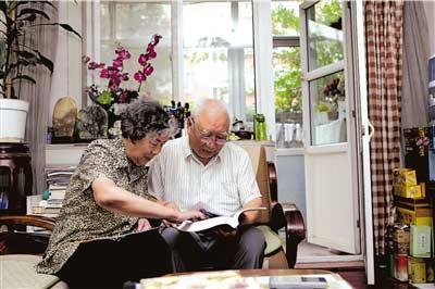 马句和陈尚荣在家中。本报记者王磊摄