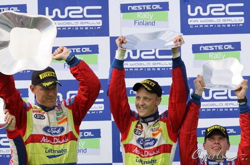 图文:世界汽车拉力赛芬兰站 希尔沃宁举起奖杯