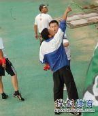 图文:[中超]青岛1-1杭州 工作人员与球迷冲突