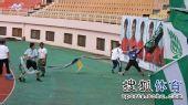 图文:[中超]青岛1-1杭州 工作人员撕扯队旗