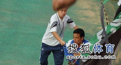 图文:[中超]青岛1-1杭州 撕扯绿魂的队旗