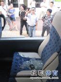 图文:[中超]青岛1-1杭州 绿城大巴被砸