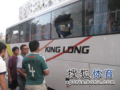 图文:[中超]青岛1-1杭州 绿城球迷很无奈