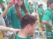 图文:[中超]青岛1-1杭州 绿城球迷拍证据