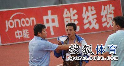 图文:[中超]青岛1-1杭州 貌似是青岛赛区的人