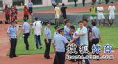 图文:[中超]青岛1-1杭州 闹事人员被带走