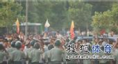 图文:[中超]青岛1-1杭州 防暴警察在位