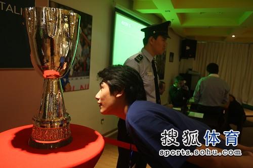 一记者观看意大利超级杯