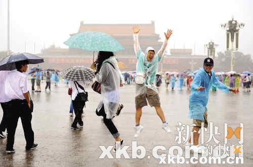 下雨了,好爽啊!(设计台词)新华社资料图片图片