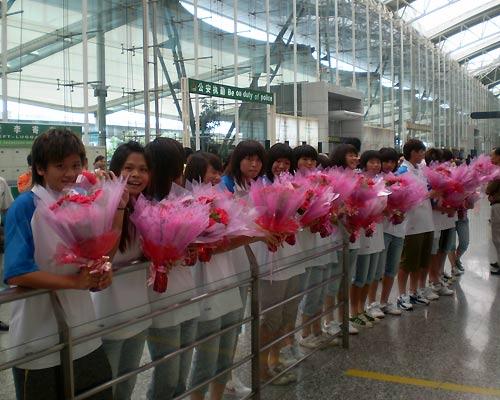 女足队员手捧鲜花