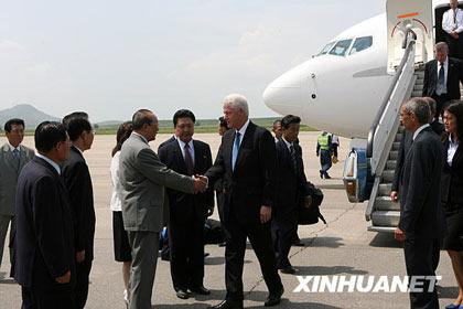 8月4日,在朝鲜平壤顺安国际机场,朝鲜最高人民会议常任委员会副委员长杨亨燮(左握手者)迎接美国前总统克林顿。当日,克林顿抵达平壤开始朝鲜之行。新华社记者张滨阳摄