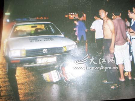 被警车撞倒的除了两位小伙还有政府的形象