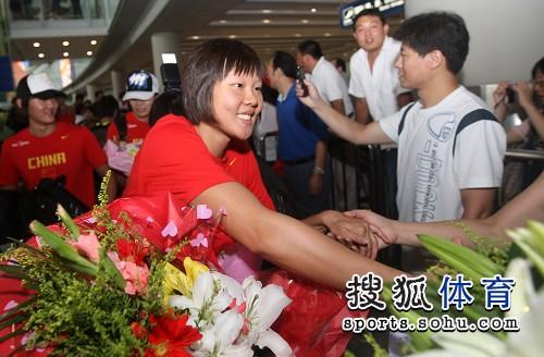 图文:游泳队凯旋而归 赵菁与大家握手