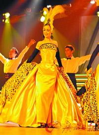 巴黎天堂歌舞团演员在演出。