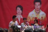 图文:郭晶晶庞伟获赠豪宅 两位奥运冠军