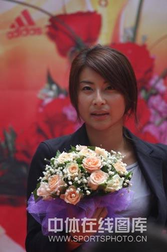 图文:郭晶晶庞伟获赠豪宅 美女与花相伴