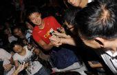 图文:中国游泳队凯旋而归 张琳遭遇记者围攻