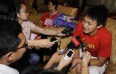 图文:中国游泳队凯旋而归 张琳倍受媒体关注