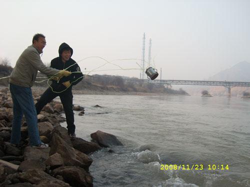 黄河水质考察项目-河水取样
