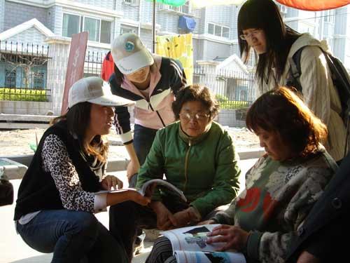 社团成员在象社区居民热情地宣传环保知识