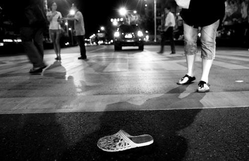 事故现场死者的鞋子