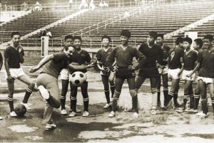 当年国米访华时,担任国米总监的马佐拉在教中国孩子们踢球