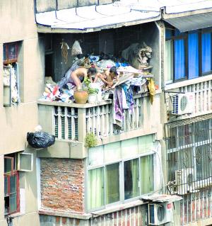 阳台上两裸体女孩撼动网友