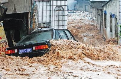 昨日,南岸团结村,山洪将一辆汽车冲走  首席记者 钟志兵 摄