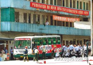 民警正对可疑部位进行排查(资料图片)记者 钱波 摄