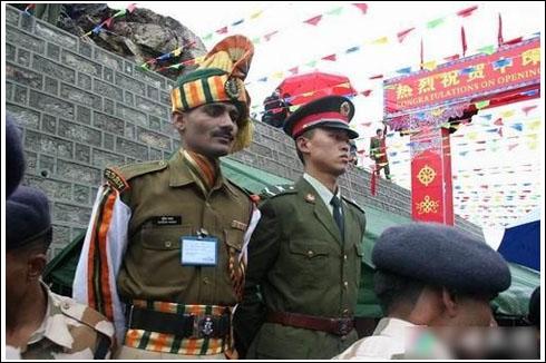 中印边境卫兵并肩站岗。资料图片