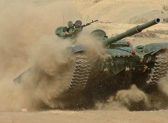 印度陆军T-72坦克正在进行作战训练