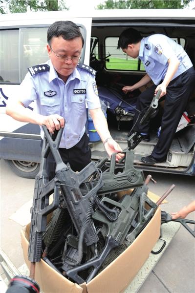 真人cs用的非法道具枪.本版摄影本报记者董世彪摄
