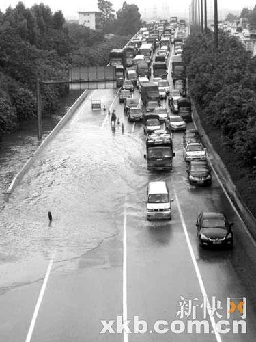 天河区广园快速路汇景立交段在大暴雨中变成一片泽国。