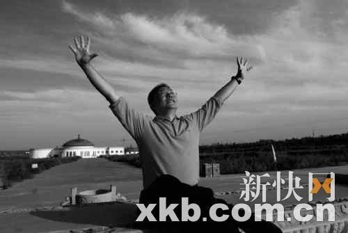 """跪下给老师们磕头""""照片出自李阳9月4的一篇题为""""李阳疯狂英语包头基地图片"""