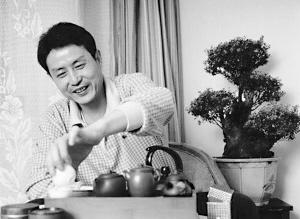 离开中国女排后,陈忠和终于可以轻松的泡泡功夫茶■资料图片