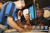 图文:苏亚佐与球迷签名合影 球迷得到签名