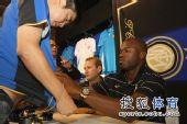 图文:苏亚佐与球迷签名合影 为球迷耐心签名