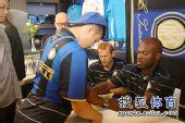 图文:苏亚佐与球迷签名合影 为小球迷耐心签名