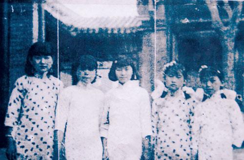 1935年在张自忠故居门前,右一为张廉琚。