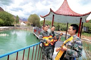 """战士在戈壁上修建了一个""""哨卡公园"""",缓解了环境封闭的问题"""