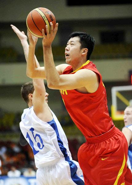 中国男篮VS哈萨克斯坦 王治郅进攻