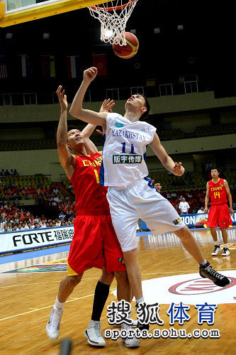 中国男篮VS哈萨克斯坦 小易建联进攻