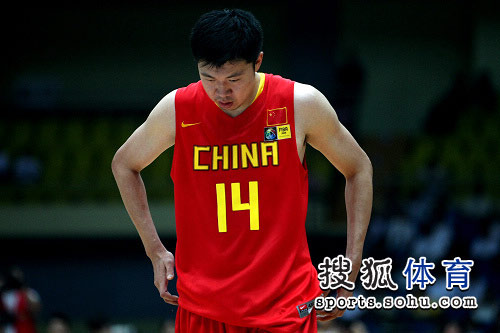 中国男篮VS哈萨克斯坦 大郅在场上