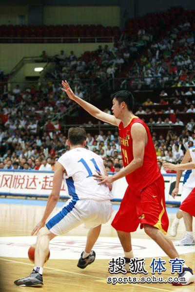 中国男篮VS哈萨克斯坦 小易建联单打王治郅