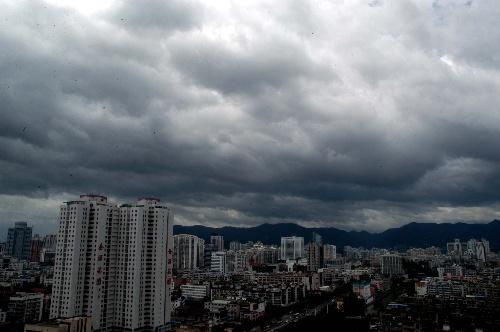 福建红色预警防台风 狂风暴雨大潮齐袭来