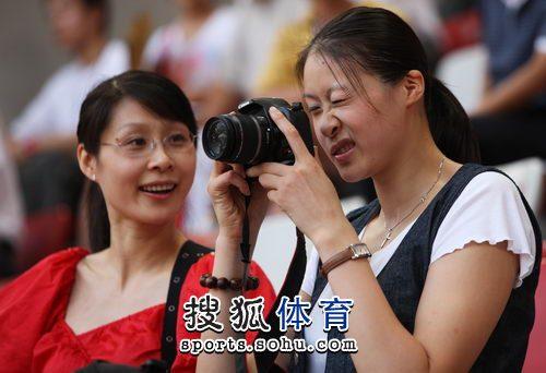 赵蕊蕊姐俩玩儿相机
