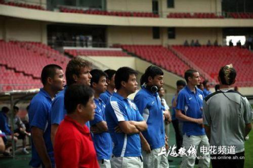 联赛之前,双方俱乐部的领导来了一场垫赛,最终申花队凭借下半场的图片